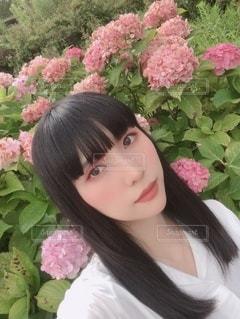 ピンクの花を着た女性の写真・画像素材[3417371]