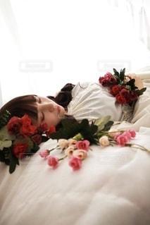 ベッドの上に横たわる女性の写真・画像素材[3488418]