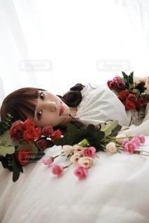 ベッドの上に寝ている女性の写真・画像素材[3488417]