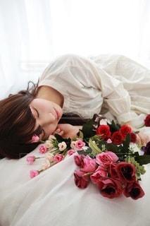 ベッドに横たわる女性の写真・画像素材[3488444]