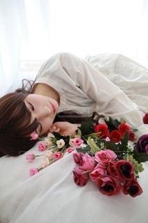 ベッドに横たわる女性の写真・画像素材[3488446]