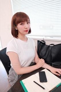 オフィスで座っている女性の写真・画像素材[3549228]