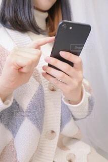 携帯電話を持っている女性の写真・画像素材[3947525]