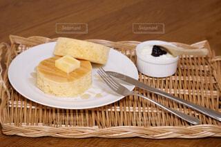 テーブルの上のパンケーキの写真・画像素材[4613236]