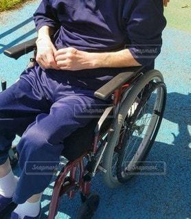 車椅子に座っている男性の写真・画像素材[3409418]