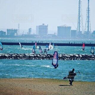 いい風が入ってウインドサーフィンで賑わいの海岸の写真・画像素材[4178730]