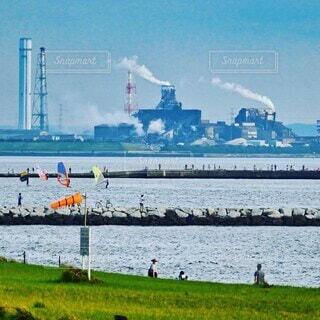 海岸でウイングサーフィンとウインドサーフィンが出ている風景の写真・画像素材[4802172]