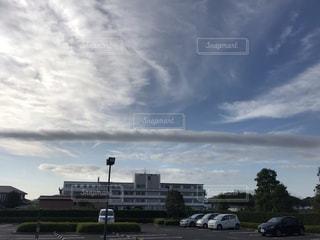 太い一本雲の写真・画像素材[3411939]
