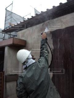 家の塗装をする男の写真・画像素材[3413286]