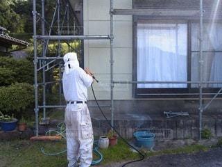 建物の塗装をする男の写真・画像素材[3413293]