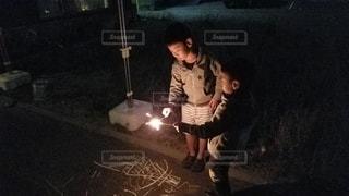仲良く花火を楽しむ子供達の写真・画像素材[3413096]