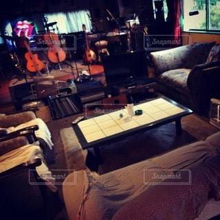 家具とテレビでいっぱいのリビングルームの写真・画像素材[3413899]