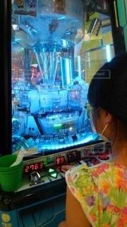 メダルゲームをする少女①の写真・画像素材[3470108]