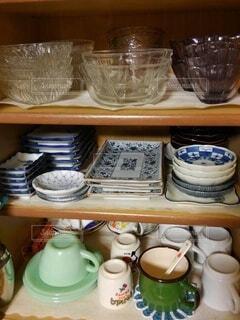 コップや皿が並んだ食器棚の写真・画像素材[4572049]