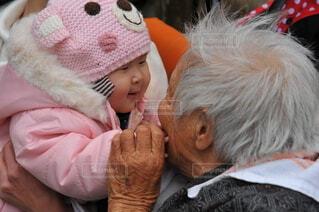 ひいばあちゃんと遊ぶ孫の写真・画像素材[4779095]