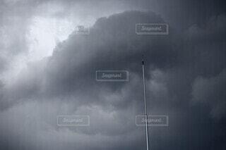 台風前の雲と避雷針の写真・画像素材[3651322]