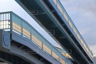 線路を横断する歩道橋の写真・画像素材[3651359]