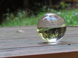 木製のテーブルに置いたクリスタルボールの写真・画像素材[3805742]