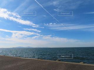 一本の飛行機雲。の写真・画像素材[3852451]