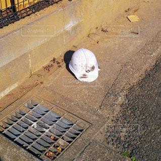 置き去りにされたヘルメットの写真・画像素材[3436051]