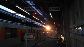 夕暮れ時に電車を待つの写真・画像素材[3653439]