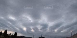 放射状に広がる雲の写真・画像素材[3755846]