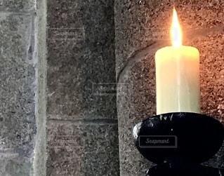 レンガの壁の前にろうそくをの写真・画像素材[3435811]