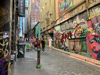 通りの側に落書きのある建物の写真・画像素材[3467928]