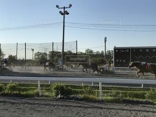 列車が道路の脇に停まっているの写真・画像素材[3479377]