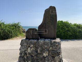 大きな岩の前にある石像の写真・画像素材[3513494]