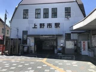 道路の脇に店がある建物の写真・画像素材[3525286]