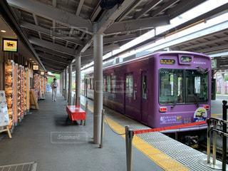 駅に引っ張り込む旅客列車の写真・画像素材[3552698]
