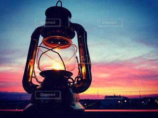 夕陽とランプの写真・画像素材[3420126]