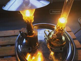 テーブルの上のランプの写真・画像素材[3420142]