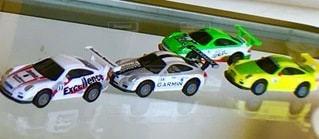 バースデーケーキの隣にあるおもちゃの車のクローズアップの写真・画像素材[3444752]