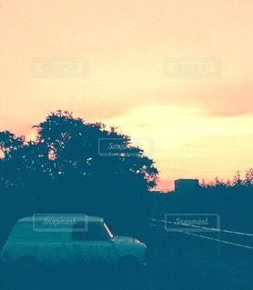 日没の前に駐車しているminivanの写真・画像素材[3435615]