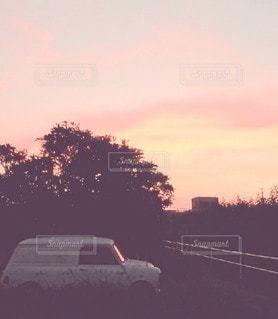 夕陽とminivanの写真・画像素材[3435617]