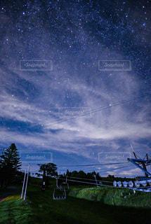 夜を見上げる空の景色の写真・画像素材[3564685]