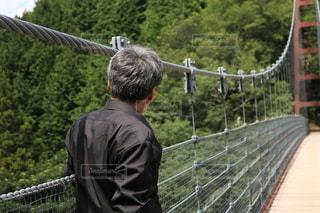 橋の上に立っている男の写真・画像素材[3433331]