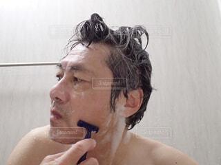 髭を剃っている男。の写真・画像素材[3776361]