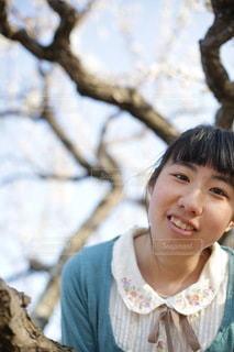 木の前に立つ女の子の写真・画像素材[3605464]