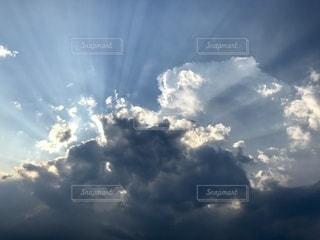 曇りの日に空の雲の写真・画像素材[3572351]