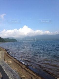 夏の雲と湖の写真・画像素材[3572932]