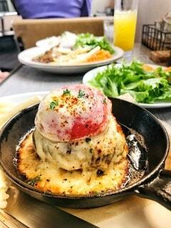 トマトとチーズのハンバーグでランチの写真・画像素材[3695585]