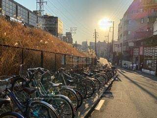 昼下がりの駐輪場を照らす太陽の写真・画像素材[4074224]