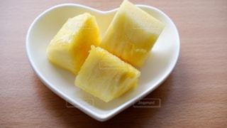 ハート皿にパイナップルの写真・画像素材[3558931]