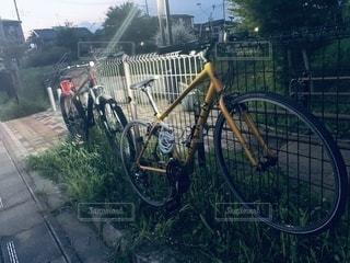 自転車がフェンスの近くに駐車しているの写真・画像素材[3431883]