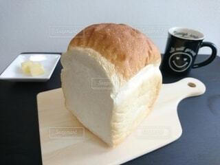 朝食のふわふわ食パンの写真・画像素材[3648605]