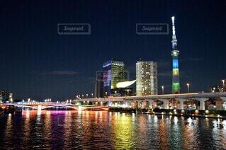 オリンピックカラーの夜の写真・画像素材[4700419]