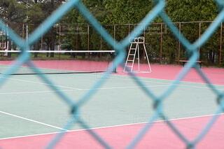 網越しのテニスコートの写真・画像素材[4788853]